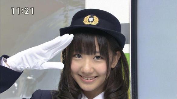 kashiwagi-yuki-en-atuendo-de-policia-japonesa
